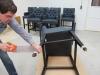 Barstoel verlaagd en op wieltjes geplaatst